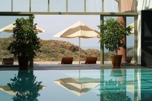 """""""L'hôtel dispose d'une piscine chauffée avec une vue panoramique sur la montagne."""""""